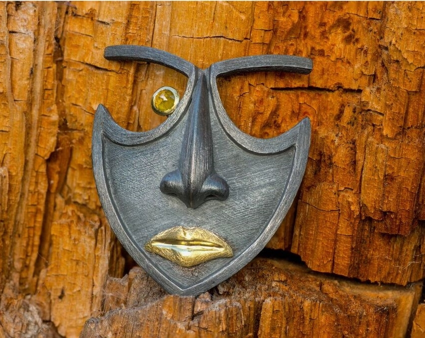 Mask Brooch in oxidized sterling silver and 18kt yellow gold